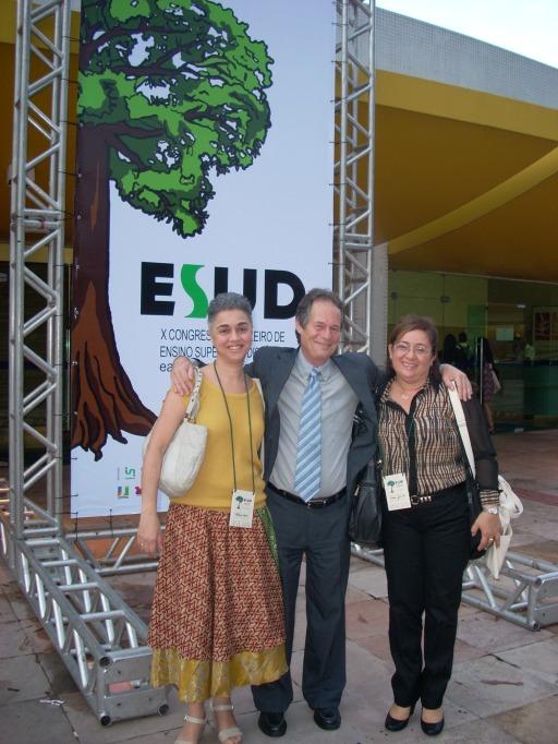 Da esquerda pra direita: Profª Fátima Kzam, Prof Carlos Bielschowsky (presidente da Fundação CECIERJ e idealizador do ESUD) e uma participante do evento.