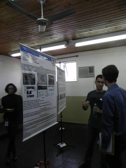 """O estudante Sergio Pinho apresentou o trabalho """"A EAD Expandindo as Fronteiras da Universidade: O Blog em questão"""", que foi selecionado para a 2ª fase do evento. Na foto, Sergio está apresentando o trabalho para um dos avaliadores."""