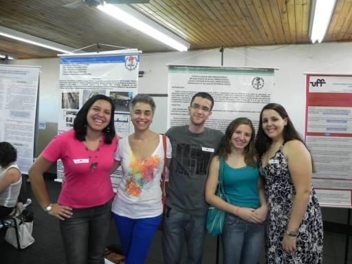 Estudantes do Polo EAD de Nova Friburgo acompanhados da professora Fátima Kzam