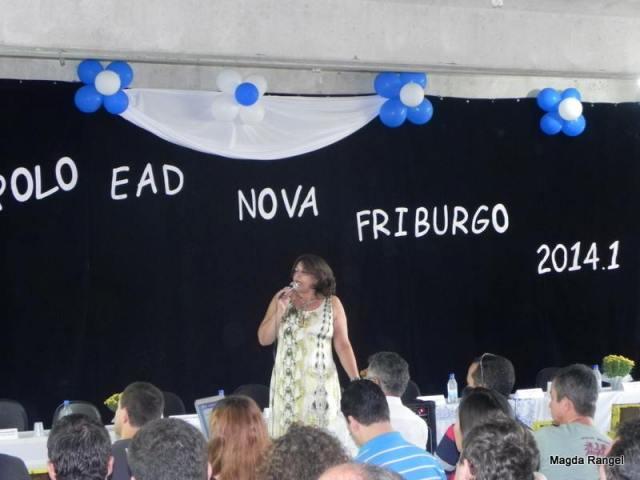 A diretora do Polo EAD de Nova Friburgo, professora Rosali Batista Zavoli, dando início ao evento.