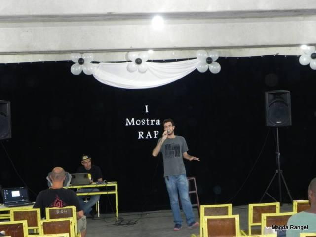 """Sergio Pinho, estudante do Polo e membro do grupo Primeiro Ofício, apresentou a música """"Tudo começa com um"""" e encerrou o evento"""