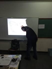 Foto 5: Roberto Candeias , ensinando como realizar os desenhos. Créditos: Carolina Maciel Mattos