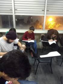 Foto 6: Alunos tentando fazer seus desenhos. Créditos: Carolina Maciel Mattos.
